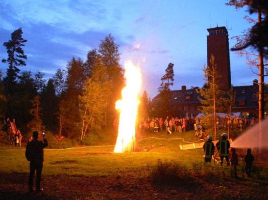 Sonnwendfeuer_Feuerwehr sichert